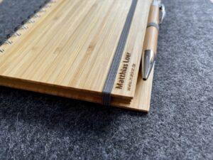 Buch mit Bambuscover, Wunschgravur, mit Kugelschreiber